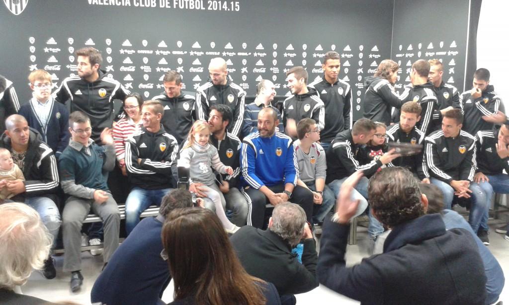 La plantilla del Valencia CF posa con los chicos de Asindown.